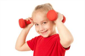 девочка-спортсмен с гантелями
