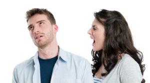 женщина кричит на мужчину, из-за чего у него стресс