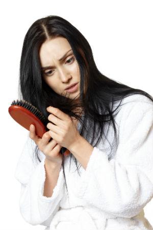 У девушки выпадают волосы из-за недостатка цинка