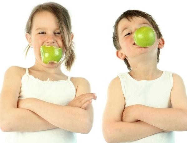Дети кусают яблоко