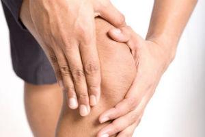 Мужчина держится за колено - ему нужны витамины для суставов, костей и связок
