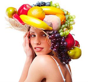 женщина с фруктами, богатыми на витамины