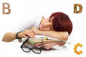 Уставшая женщина заснула на работе